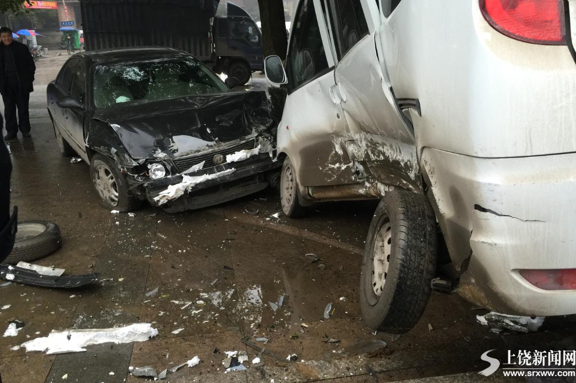 女司机错把油门当刹车 撞飞路边白色面包车