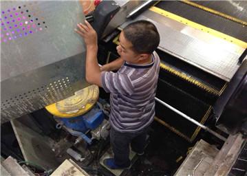 饶城排查商场自动扶梯 9台申龙停运4台