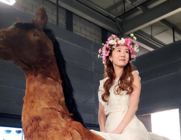 阔太李念骑马露美腿 穿白裙似花仙子