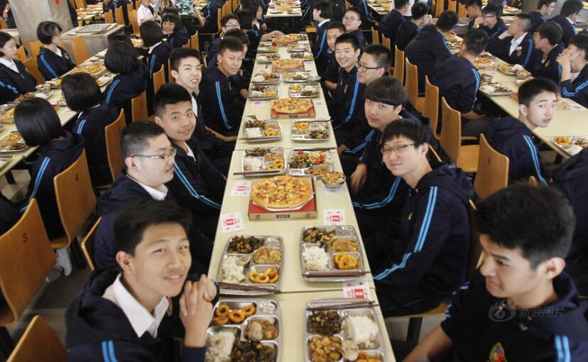 为迎接中考 老校长请600多名学生吃披萨
