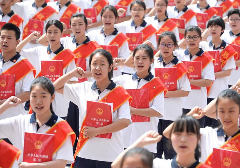 太原百名中学生捧宪法宣誓 含泪与家长拥抱
