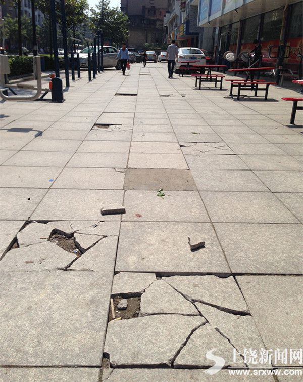 水南街人行道板破损严重 居民盼修复