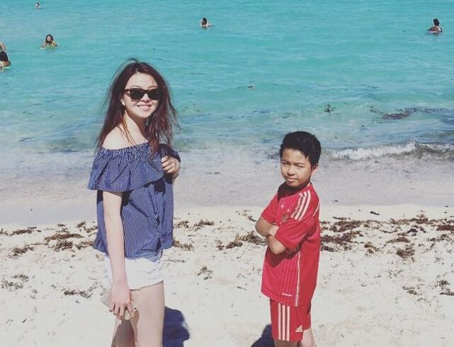 王中磊一家海边游玩