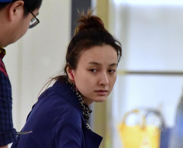 吴昕素颜现身机场脸色憔悴 豹纹裙抢镜