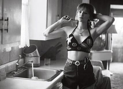 女星写真迷离朦胧 抽烟吃棒棒糖风格多变