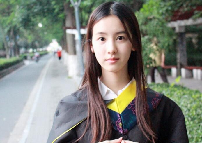 陈都灵毕业照清纯可人