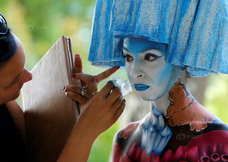 奥地利举行人体彩绘节 绚丽图案吸睛