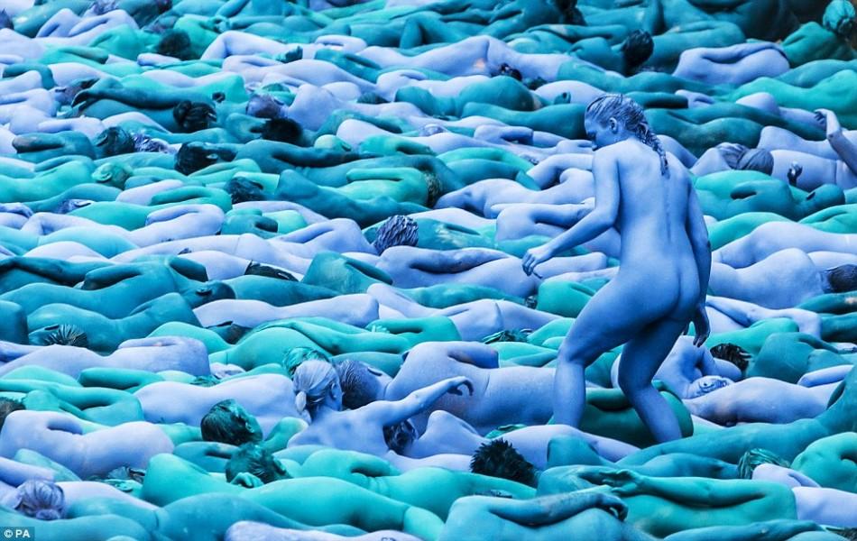 英国3000多人裸身涂蓝上演行为艺术