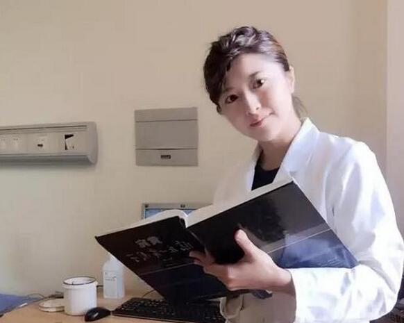 杭州美女医生穿着旗袍上班 颜值爆表