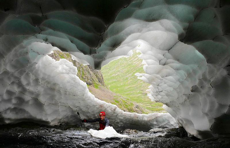 英国雪山隧道上演夏日最美雪景