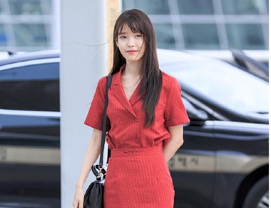 IU红裙现身机场