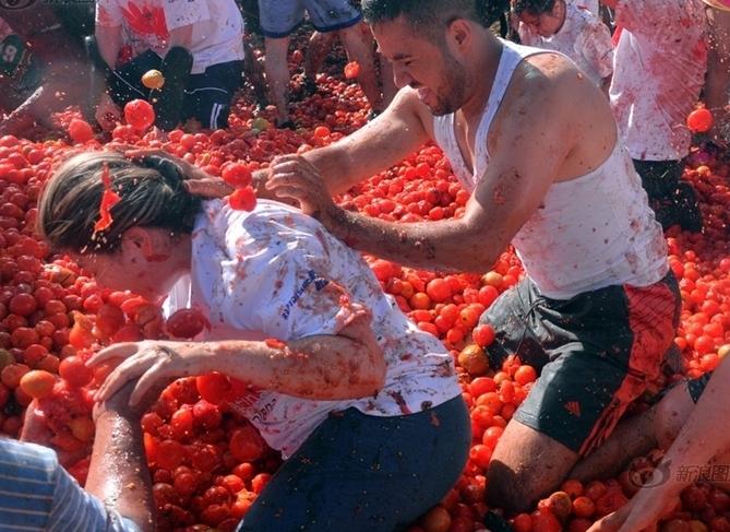 西班牙小镇办番茄大战 2万人砸160吨番茄