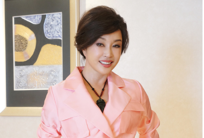 刘晓庆穿小粉裙