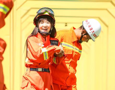 徐娇《我们来了》穿消防制服