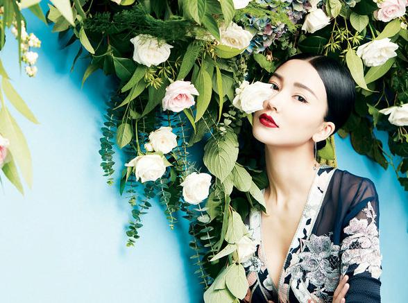姚星彤登杂志封面 黑色蕾丝尽显秋日慵懒范儿