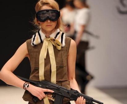 白俄罗斯时装周 模特霸气持枪走秀