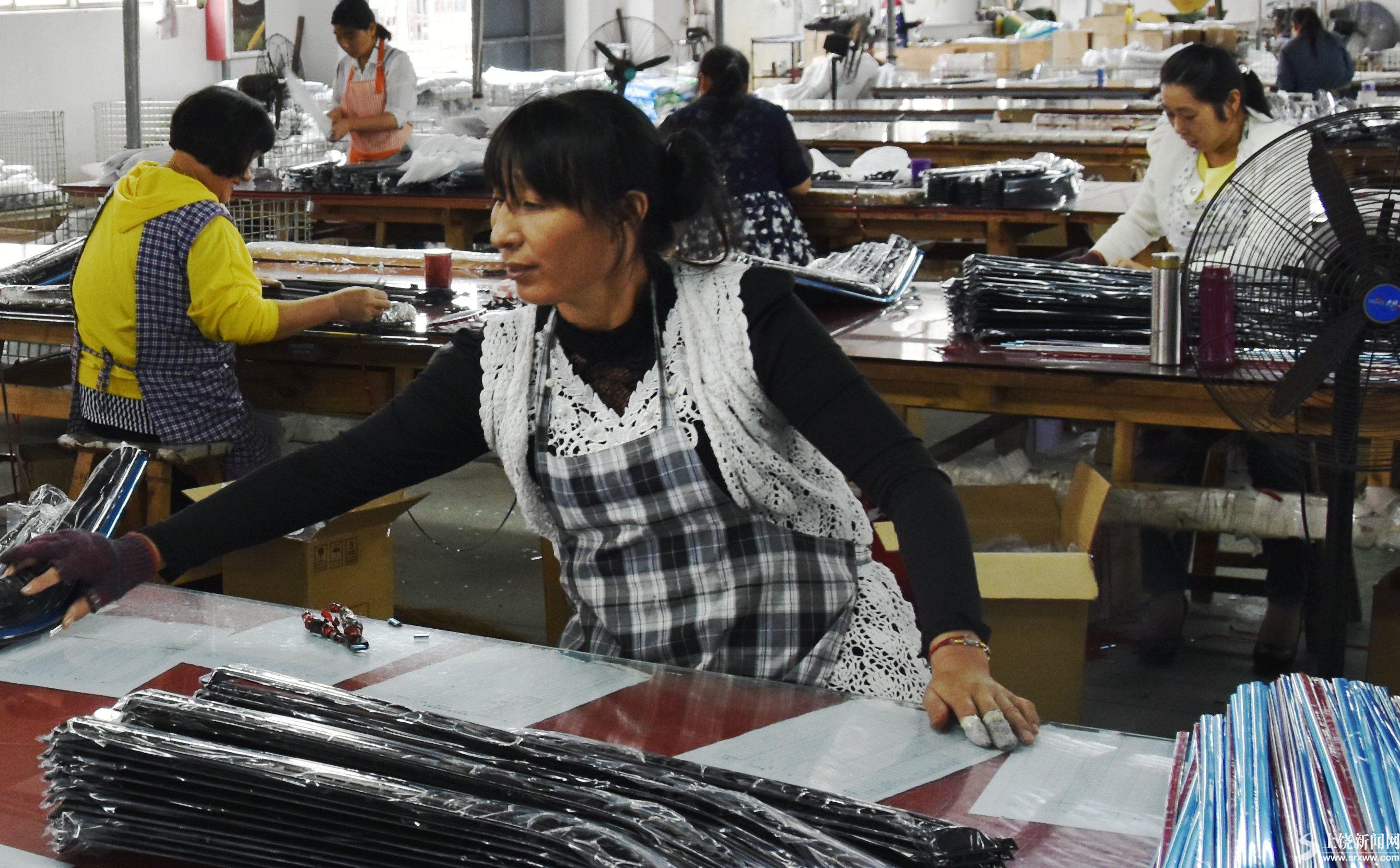 鄱阳县某生产车间的工人们正在有序生产