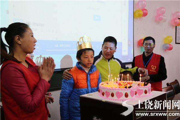 玉山县志愿者为单亲儿童庆祝生日