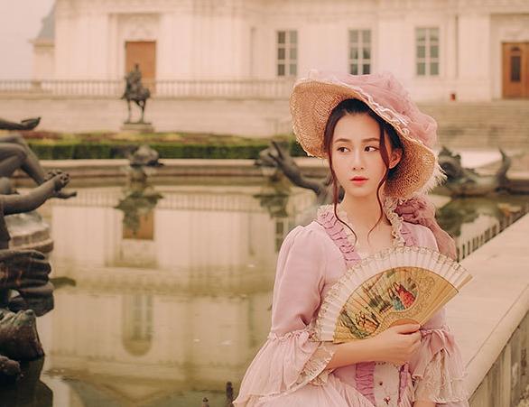 刘颖伦演绎复古时尚 城堡公主气质动人