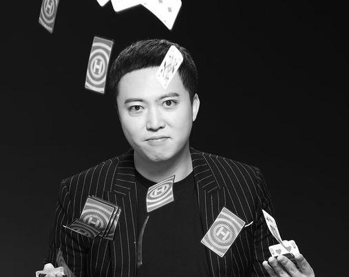 张一鸣曝绅士范黑白大片 跨界喜剧舞台执导