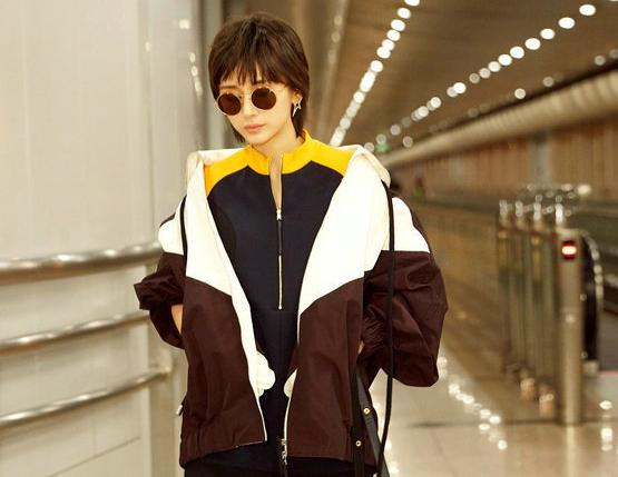 王子文曝机场街拍LOOK 彰显时尚品味