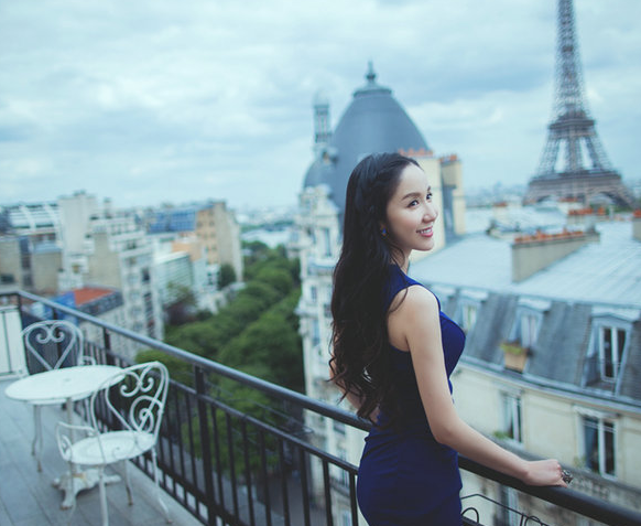 娄艺潇优雅时尚写真 蓝色长裙显曼妙身材