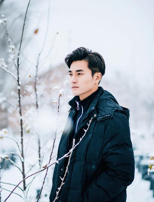 郑凯曝光冬日写真 雪中漫步诠释简约潮流