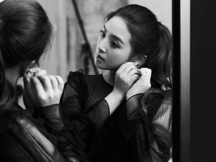 张含韵黑白大片质感优雅 华丽蜕变轻熟女