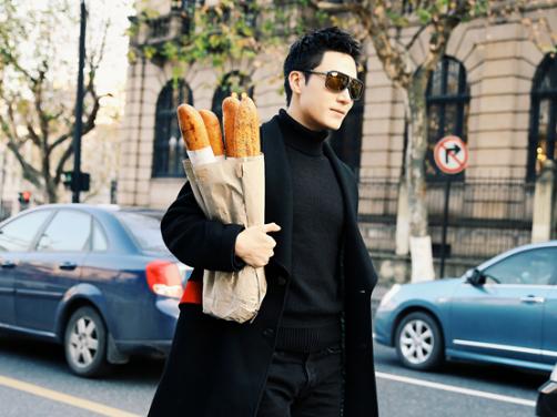 茅子俊演绎冬日街头风 法棍出镜逗趣十足