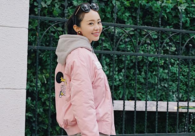 孙耀琦示范潮流服搭 粉色飞行员夹克潮爆街头