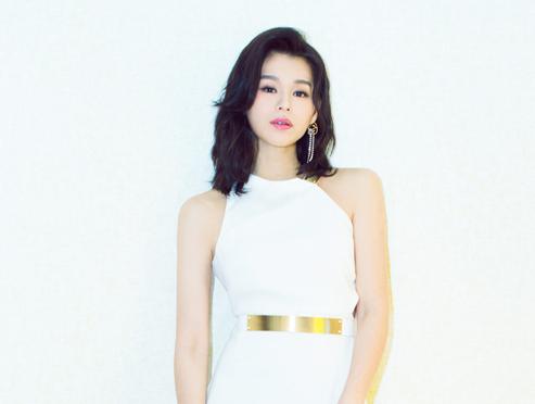 胡杏儿一袭白裙 尽显优雅