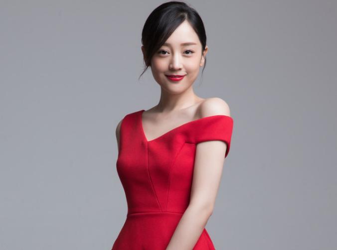 何花贺岁大片红裙出镜 清新俏皮显轻熟魅力