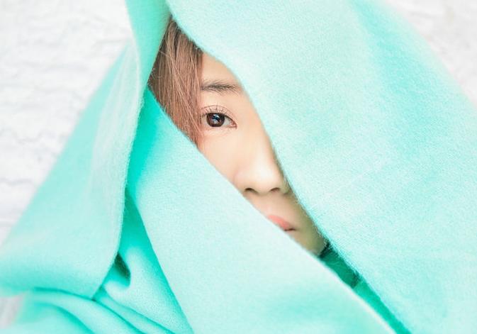 王智曝迎春写真 绿围巾巧搭显清新淡然
