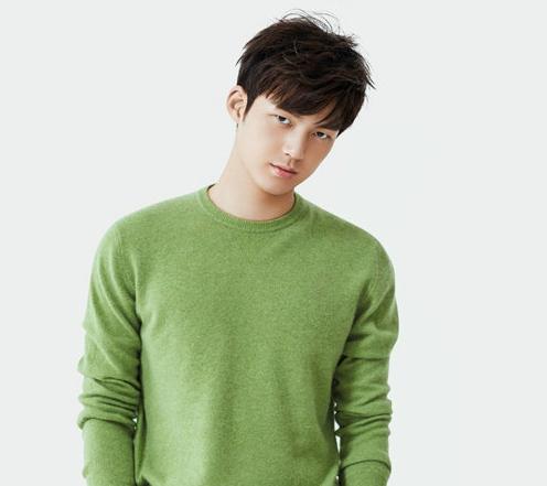 董力时尚大片净化眼球 绿色毛衣温暖清新