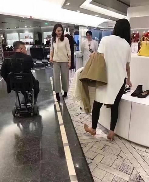 46岁黎姿巴黎逛街 富豪老公坐轮椅相陪显恩爱