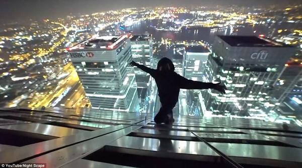 英两男子235米高楼顶赏夜景 张开双臂不要命