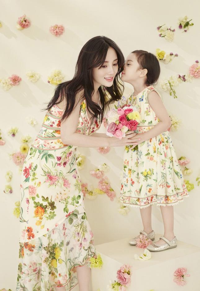 李小璐与甜馨拍复古亲子写真