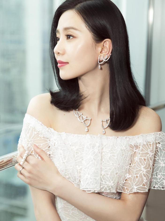 刘诗诗穿一字肩白裙秀香肩 背部特写引粉丝赞叹