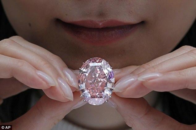 """""""粉红之星""""4.6亿成交 破全球钻石拍卖纪录"""