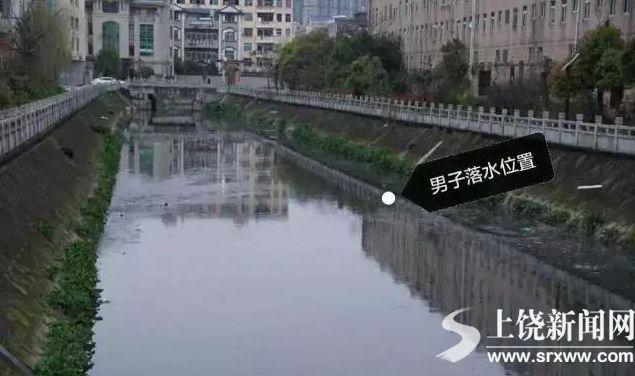 两男半夜酒后散步坠河 民警下水用救生圈套住