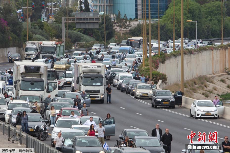 大屠杀纪念日 民众停车伫立为遇难者默哀