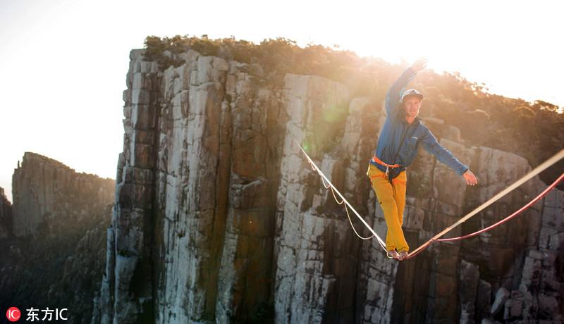 惊险!胆大男子400米悬崖上走钢丝