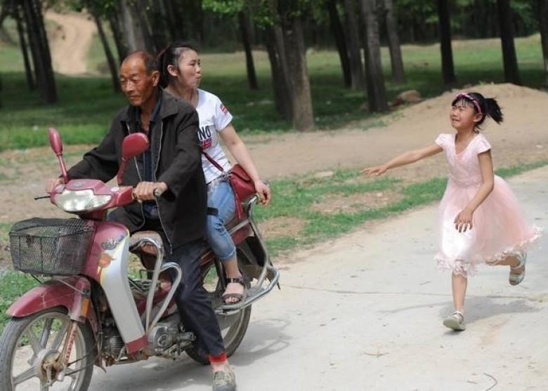 儿童节愿望见妈妈一面 留守儿童不舍追车跑