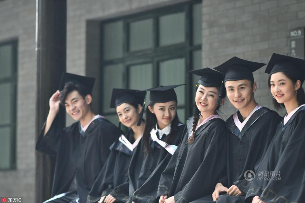 中戏美女拍毕业照 颜值霸屏