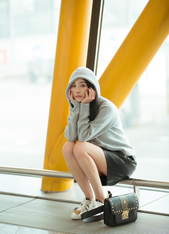 杨幂启程纽约时装周 轻松活泼女神范儿