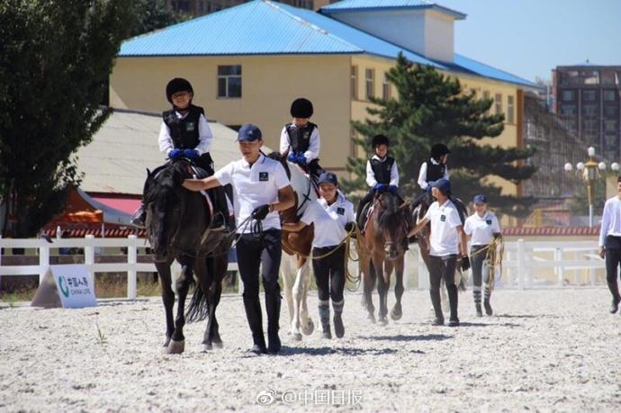 别人家体育课!内蒙古超2000名中小学生学马术