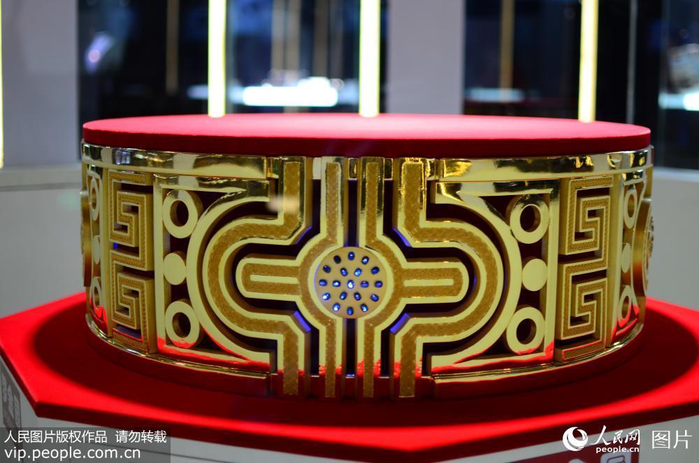 世界最大足金戒指亮相山东昌乐 重82.2KG镶嵌76颗蓝宝石
