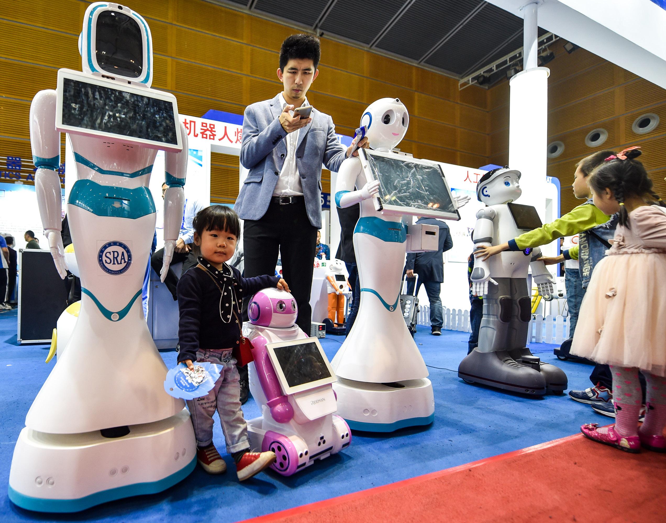 """高交会上机器人""""各显神通"""""""
