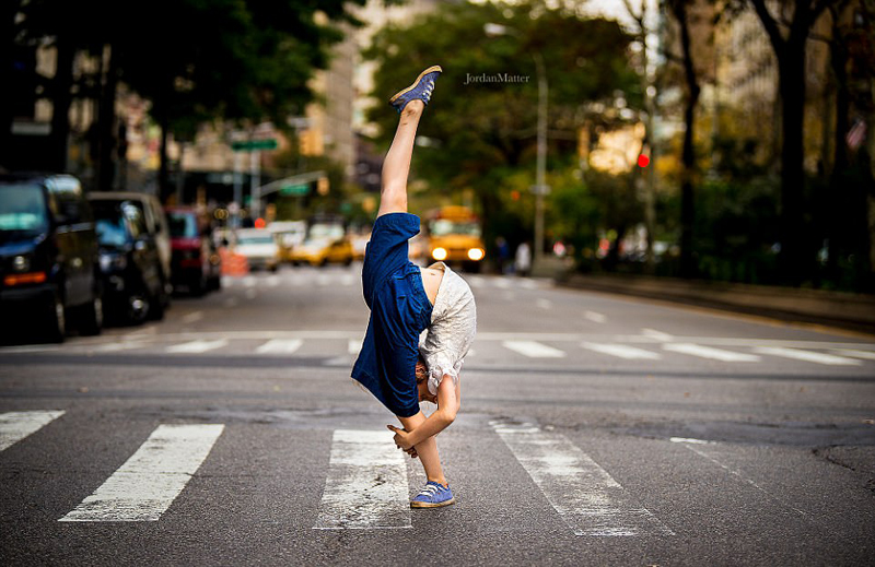 摄影师纽约街头抓拍萝莉舞者起舞姿态