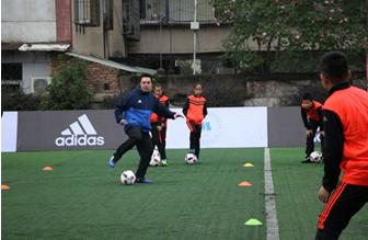 市十一小举办著名青少年足球教练汤姆•拜尔走进校园活动